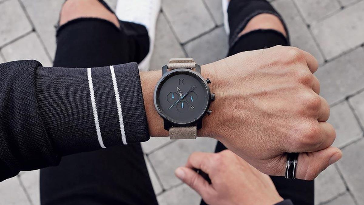 Jedny z najpopulárnejších hodiniek od MVMT - model Chrono s čiernym ciferníkom