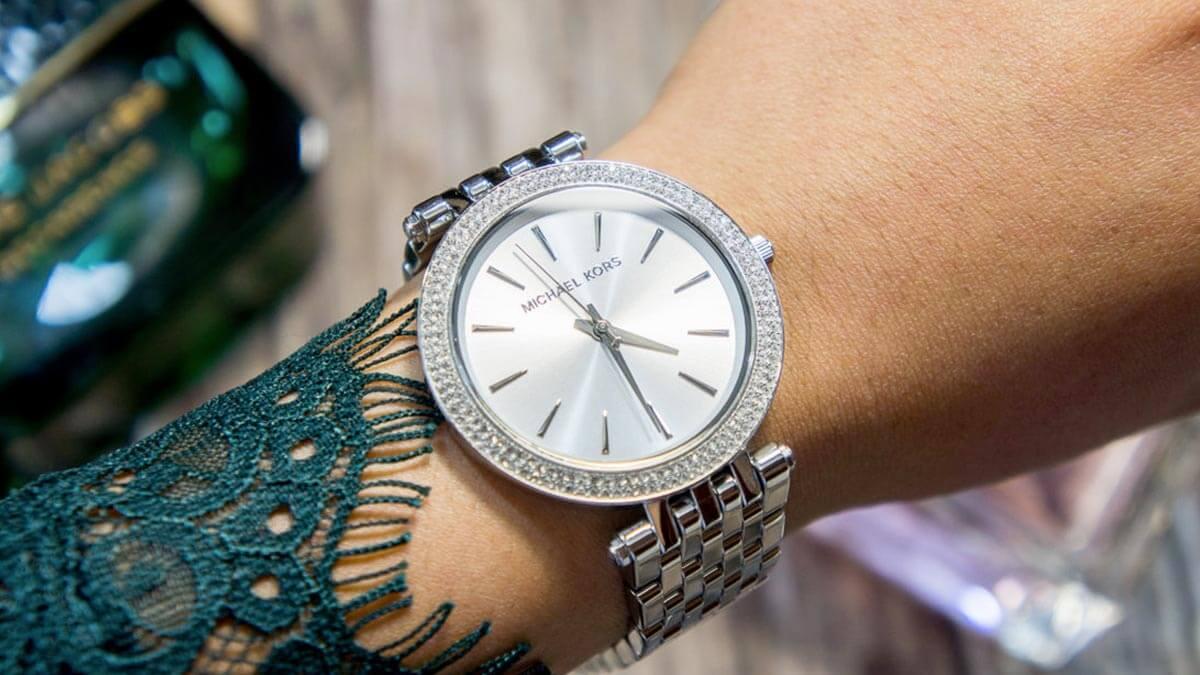 Strieborné hodinky Michael Kors zdobené kamienkami