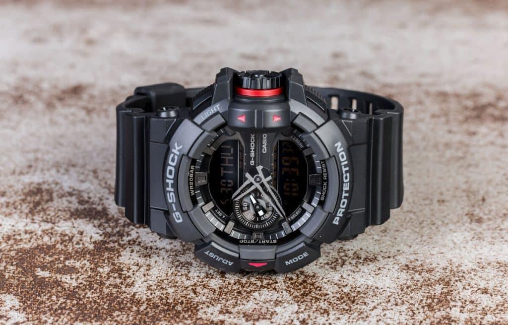 Casio G-Shock Basic GA-400-1BER s výraznou korunkou