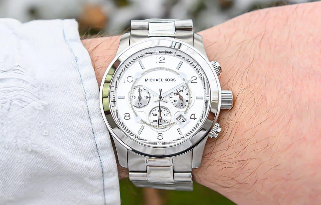 Hľadáte lacné módne pánske hodinky? Michael Kors má niekoľko modelov, ktoré by sa vám mohli páčiť.