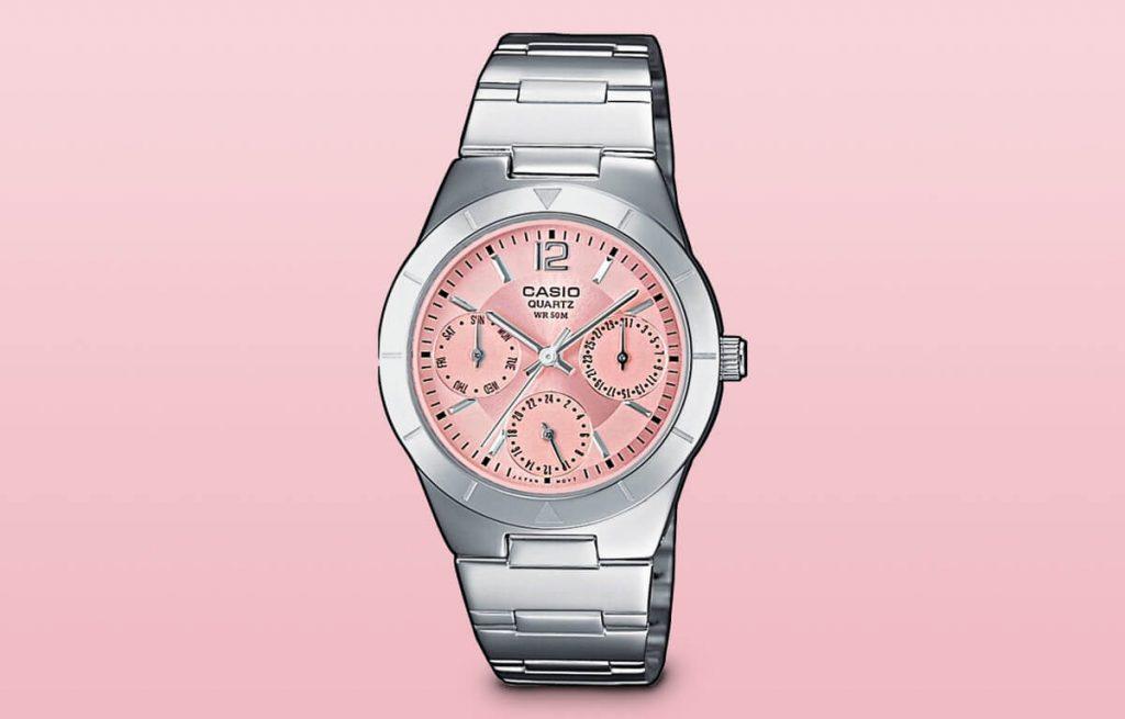 Medzi lacné dámske hodinky možno zaradiť aj model Casio LTP-2069D-4AVEF